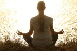 meditación a la orilla del mar