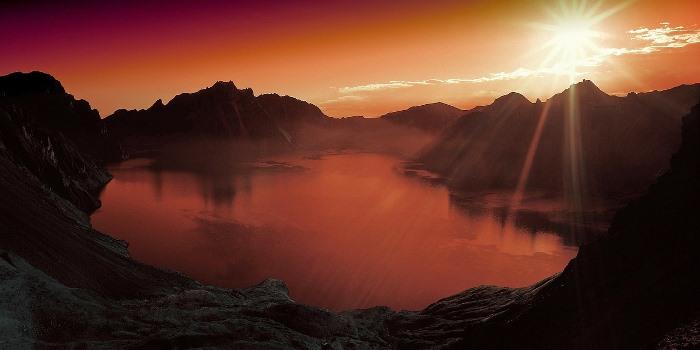puesta de sol en lago de montaña
