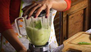 Batidora de vaso triturando verduras