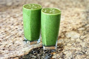 vasos de batidos verdes