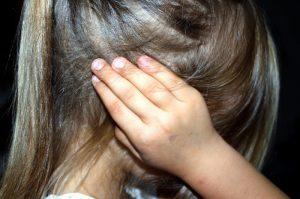 niña con dolor de oido