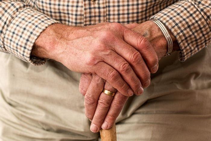 Manos tratadas con cúrcuma para la artritis
